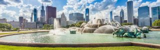 Buckingham fountain and Chicago downtown